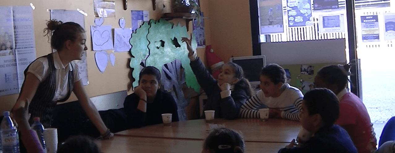 Enfant répondant à une question posée