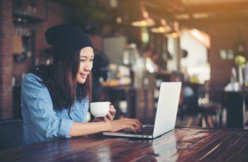 belle-jeune-hippie-femme-assise-dans-un-cafe-se-detendre-un_1150-705