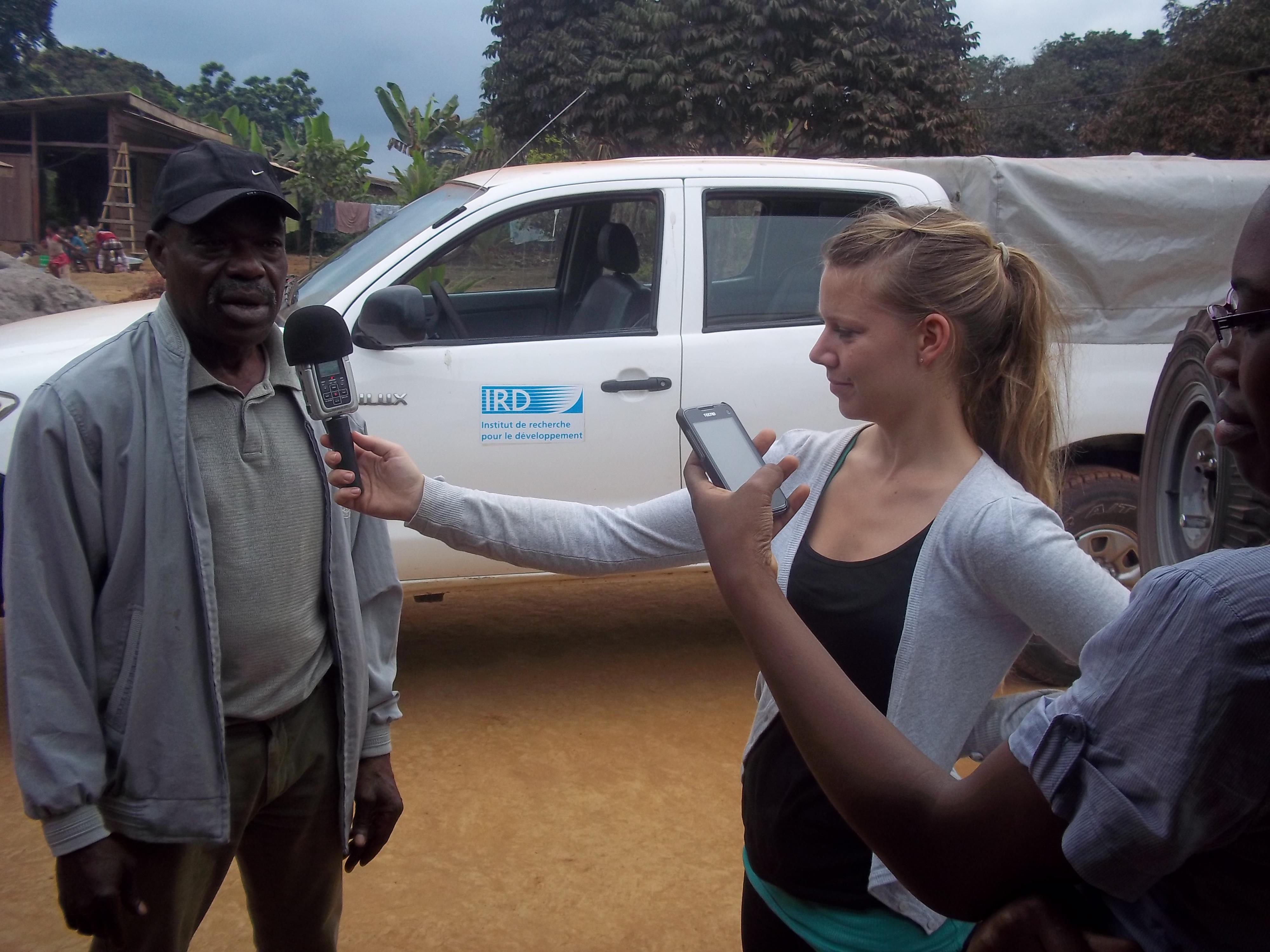 Sophie Koch à la prise de son d'ne entretient au Cameroun