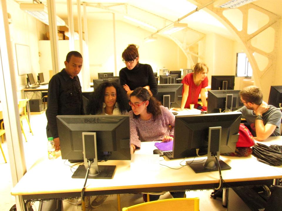 étudiants de médiation en train de travailler sur l'ordinateur