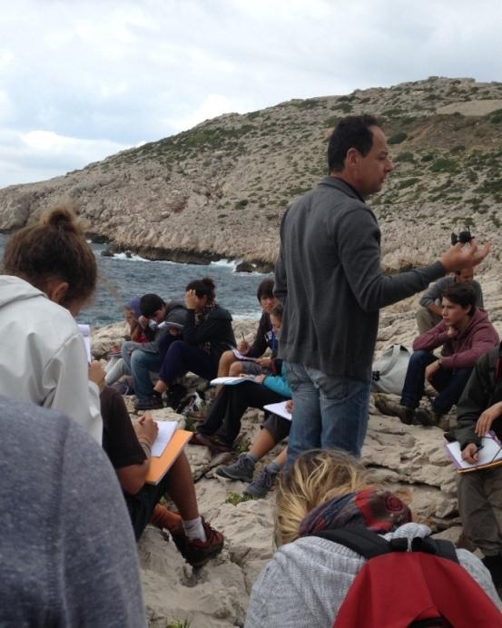 Etudiants dans les calanques Marseillaises avec leur professeur